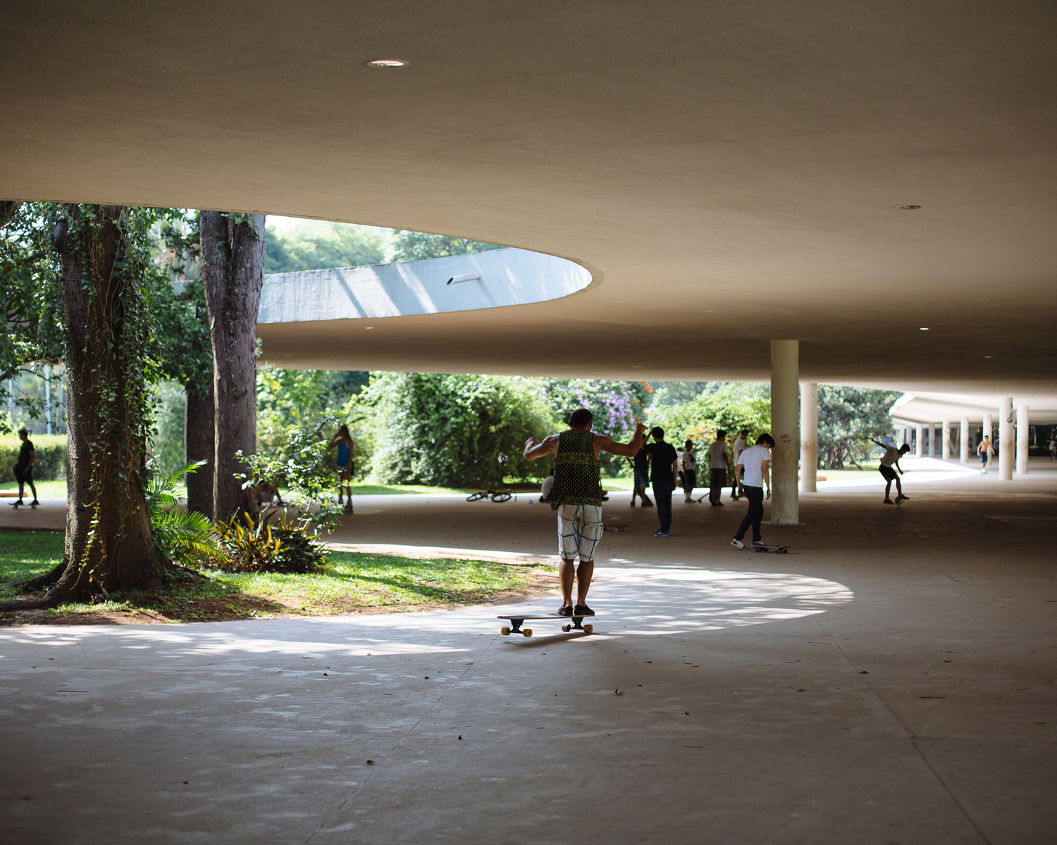 The skate park surrounds the entrance of the São Paulo Museum of Modern Art, located in the center of Ibirapuera Park.
